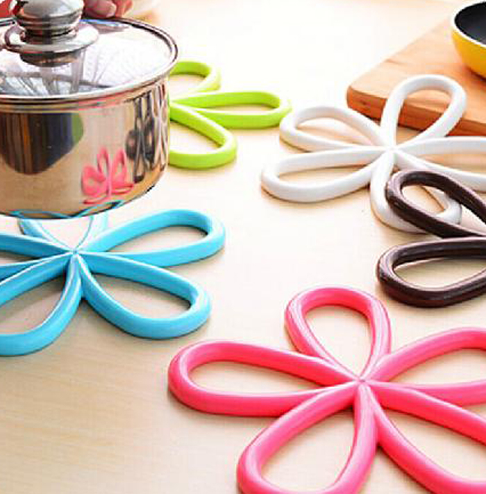 Plum Blossom Pattern PVC Heat-insulated Cup Cover Pad Table Surface Protector- Random Color